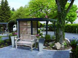 Carport aus Holz im Garten